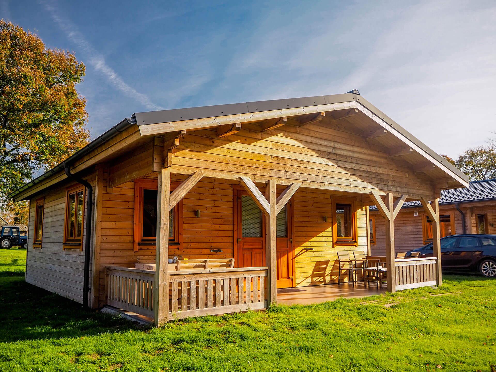 Twee houten blokhuizen op camping Schaapskooi voor recreatieve verhuur. Extra isolatie naast 70mm wanddikte voor verlenging van seizoen.
