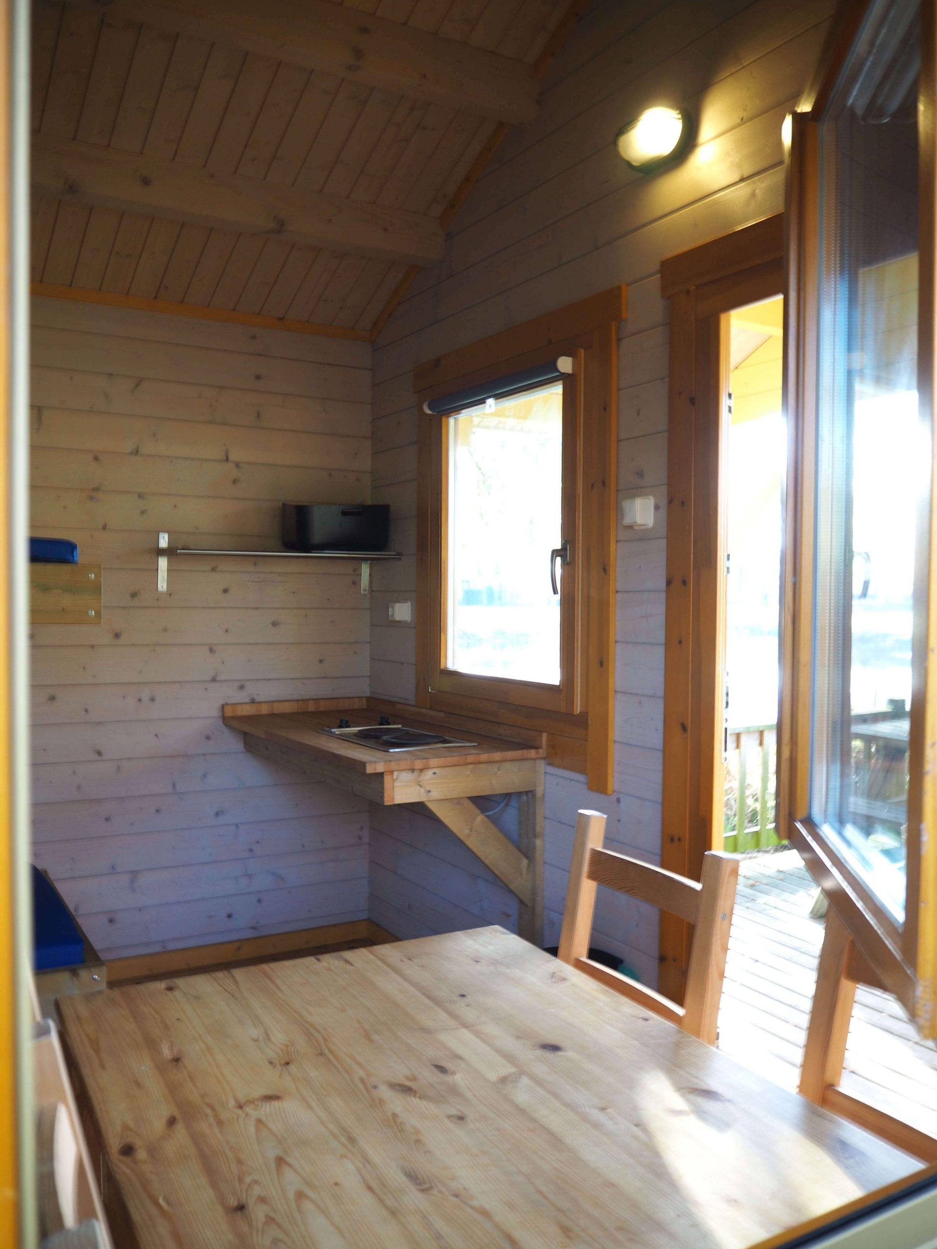 Minimale maar comfortabele inrichting in trekkershut / kampeerhut in Kampeerhut / Trekkershut